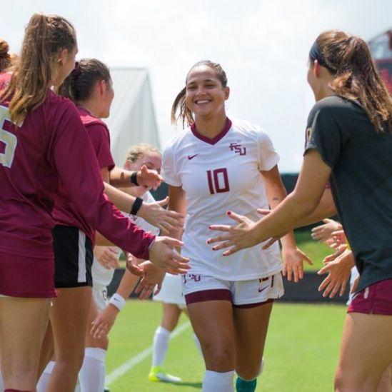 Deyna Castellanos con sus compañeras del a Universidad de Florida State (Crédito: Colin Abbey/FSU).