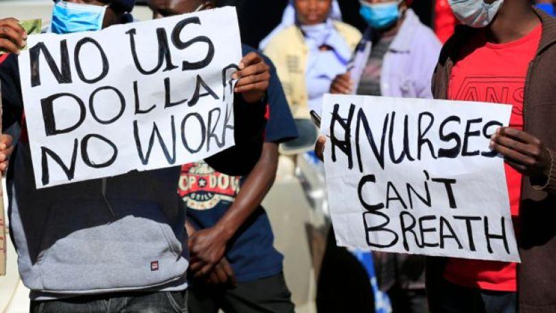 Des infirmières manifestent devant l'hôpital central de Harare en juillet 2020