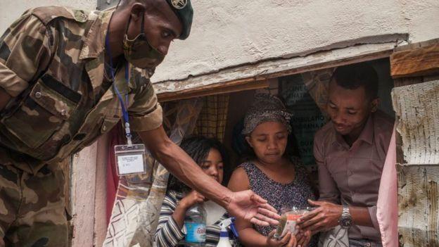 Les soldats ont distribué des masques et quelques produits Covid-Organic en avril