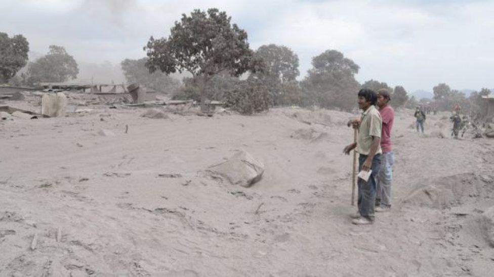 Rescatistas en la zona afectada por el volcán.