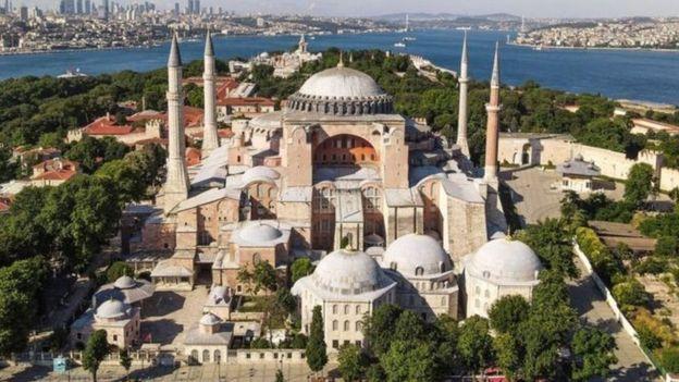"""يتهم البعض الرئيس أردوغان بأنه يحاول """"الهروب من أزماته الداخلية"""" بإثارة الجدل حول متحف آيا صوفيا"""