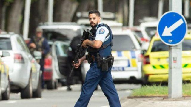 Polícia armada faz patrulha após um tiroteio na mesquita de Al Noor