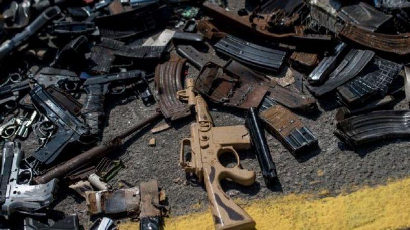 Armas sobre o asfalto