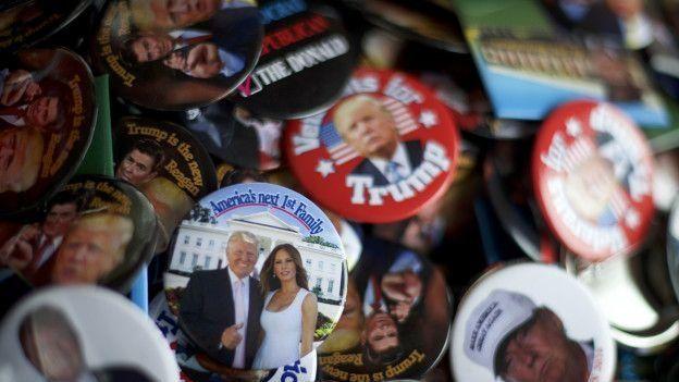Chapas promocionales de la campaña de Trump.