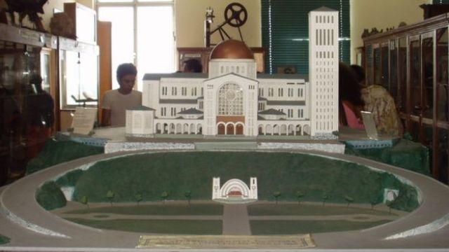 Imagem mostra Maquete da Basílica de Aparecida, em exposição no museu que fica no interior da igreja