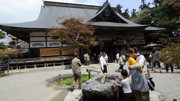 Du khách tới thăm khu chính điện đền Chusonji