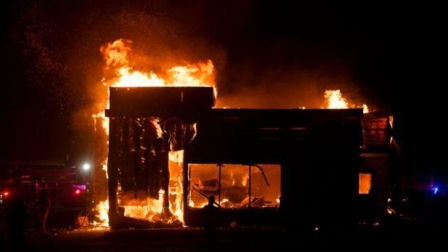 Un restaurant fast-food brûle à Minneapolis