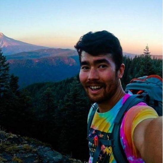 John Chau cerca de una montaña