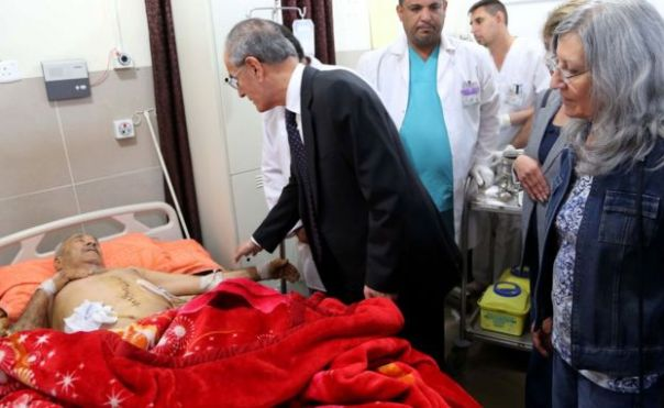 El gobernador de la provincia de Kirkuk, Najm al-Din Karim, visitas las víctimas heridas en los ataques de EI, el 24 de octubre, 2016.