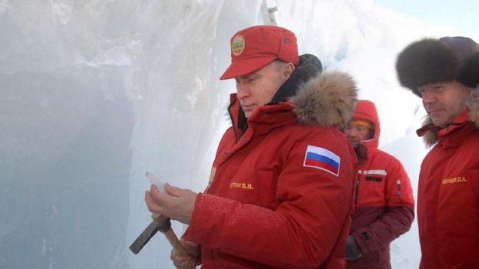 Vladimir Putin, junto al primer ministro Dimitri Medvedev en el remoto archipiélago de Tierra de Francisco José, en el Ártico.
