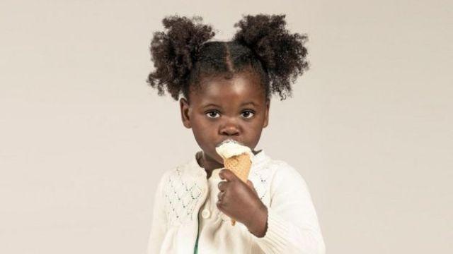 Menina come sorvete
