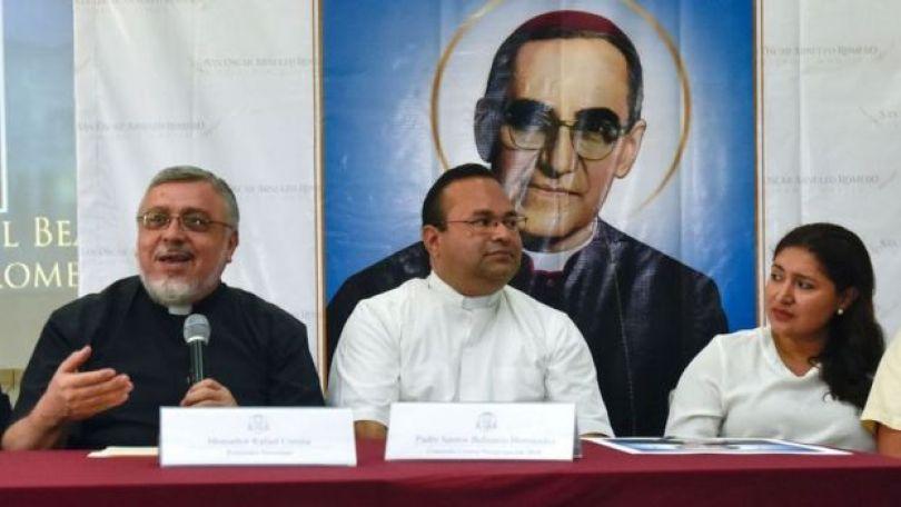 Padre Rafael Urrutia (à esquerda) em coletiva de imprensa em San Salvador, em julho de 2018, em que falou do milagre atribuído a Romero