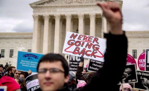 Una protesta de personas a favor del aborto.