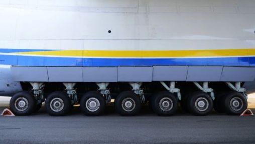 Close-up of the An-225's landing gear