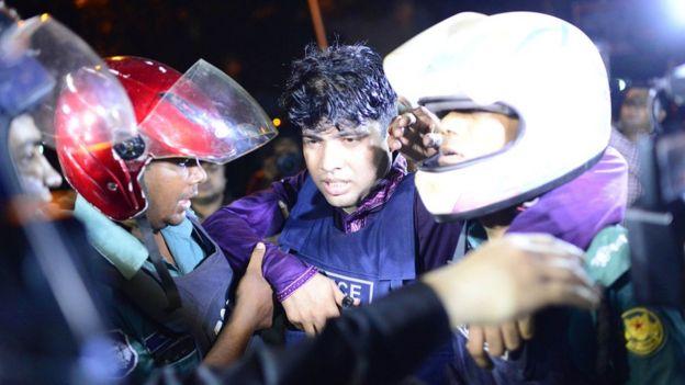 Un policía herido durante los enfrentamientos.
