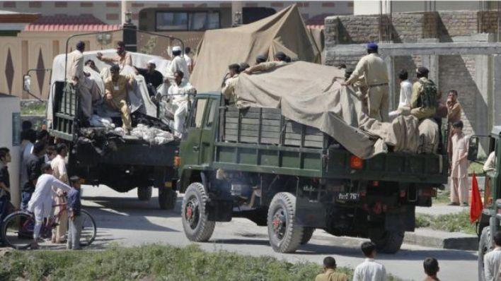 جنود يحملون الركام من المجمع السكني الذي اختبأ فيه بن لادن