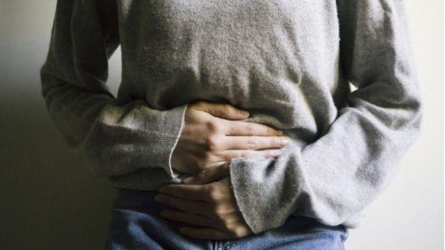 Imagem mostra mulher com as mãos sobre a barriga