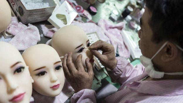 Fábrica de bonecas sexuais na China