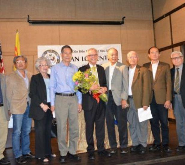 Dân biểu Alan Lowenthal chụp cùng blogger Nguyễn Văn Hải và một số công dân người Mỹ gốc Việt