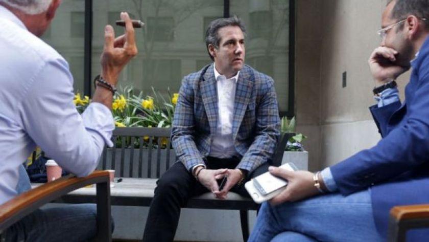 مايكل كوهين وأصدقاؤه يتشاورون فيما بينهم