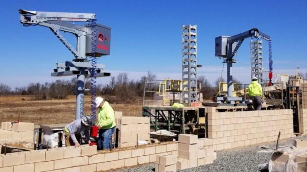 El robot MULE, diseñado para levantar materiales de hasta 60 kg.