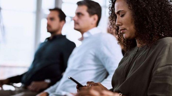 الاجتماعات - فرصة للتواصل على الهاتف المحمول عبر الرسائل