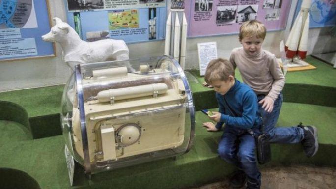 Cápsula de un tamaño similar a la que fue usada antes del lanzamiento, para que Laika se acostumbrase a estar casi inmobilizada en un ambiente pequeño.