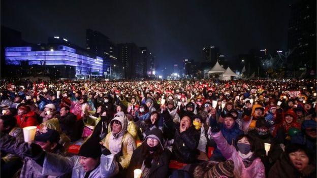 Hàng trăm ngàn người biểu tình yêu cầu bà Park từ chức