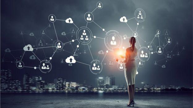 Mujer frente a gráfico de una red