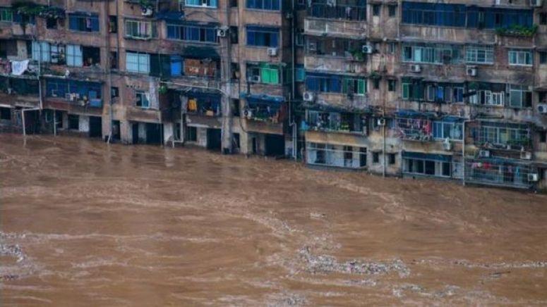 2020年汛期,重庆綦江一座楼房底层已经淹没在洪水中。