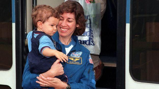 Ellen Ochoa sostiene a su hijo tras volver de una misión en el espacio en 1999.