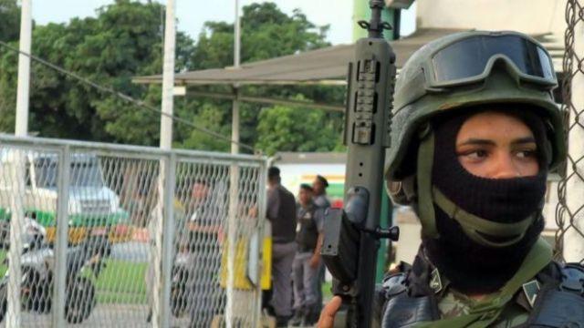 Militar protege entrada de refinaria