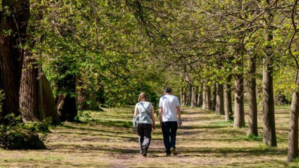 Casal andando em um parque em Londres, no Reino Unido