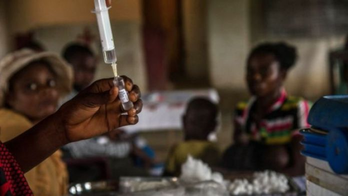 Des enfants attendent d'être enregistrés avant d'être vaccinés contre la rougeole dans un centre à Mbata-Siala, près de Seke Banza, à l'ouest de la RD du Congo, le 3 mars 2020.