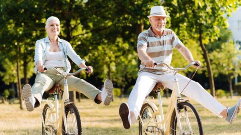idosos em bicicleta