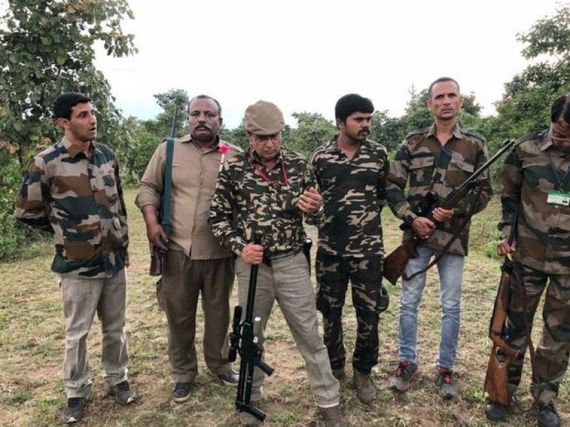 Homens armados e com vestes camufladas na Índia