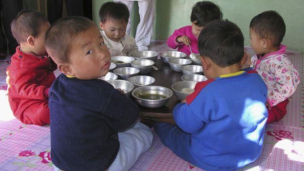 Niños tomando almuerzo en una escuela norcoreana.