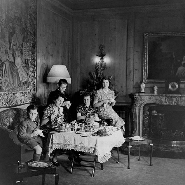foto de la familia tomando té en Londres que apareció en Vogue en 1938.