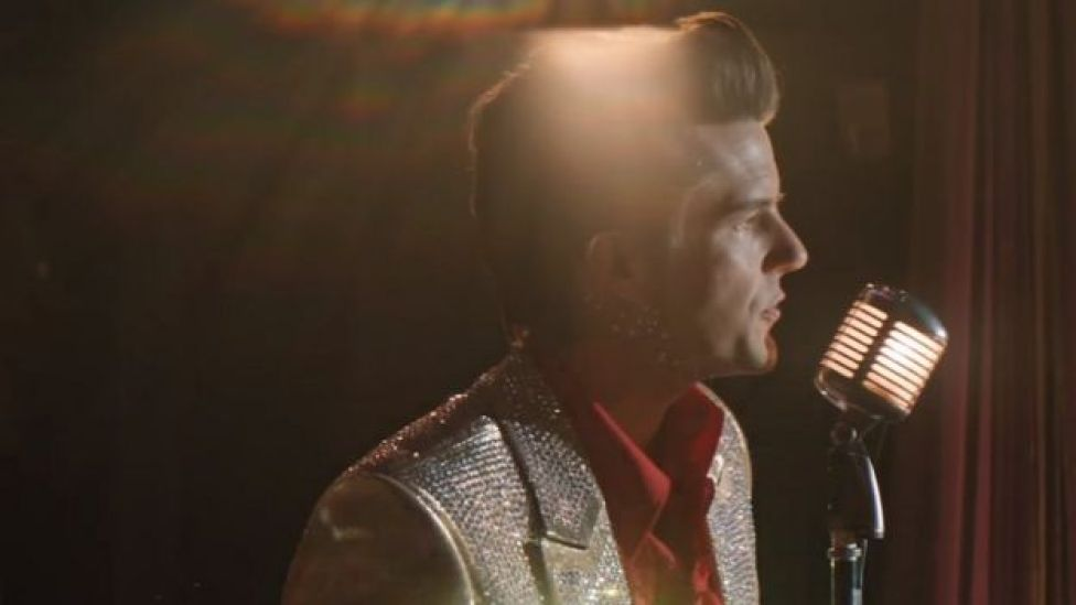 Brandon Flowers en el video de