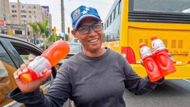Una venezolana trabajando como vendedora ambulante en Lima