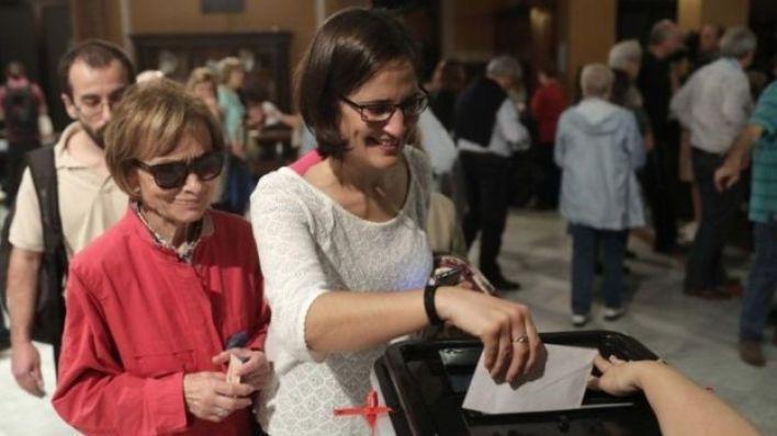 الناخبون في إقليم كاتالونيا يدلون بأصواتهم في استفتاء الانفصال عن إسبانيا