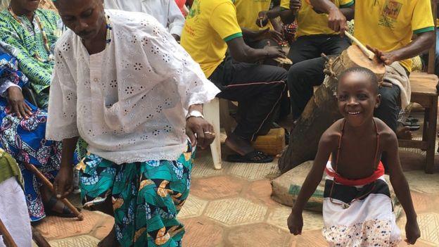 Seguidores del vudú bailan durante una ceremonia de limpieza en Ouidah.
