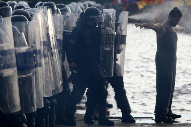 Manifestante em frente à tropa de choque em protesto contra a PEC 55 em frente ao Congresso Nacional, em Brasília