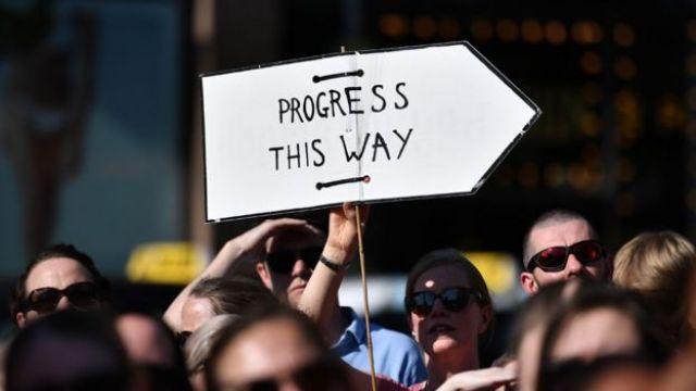 Protesto contra a criminalização do aborto na Irlanda com cartaz que diz 'Progresso É Nessa Direção'