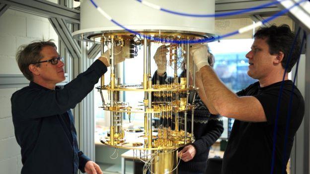 Investigadores de IBM junto a una computadora cuántica