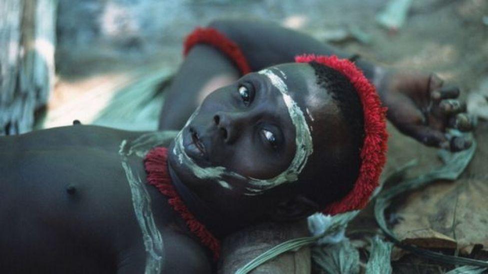 Un jawara con la cara pintada