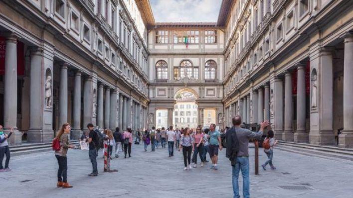 Visitantes en la Galería Uffizi de Florencia (Italia).