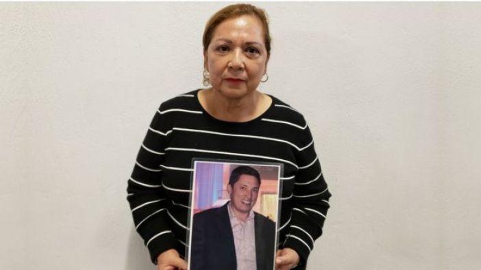 Guadalupe Aguilar sostiene una foto de su hijo José Luis