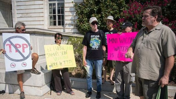 Manifestantes contra el TPP.