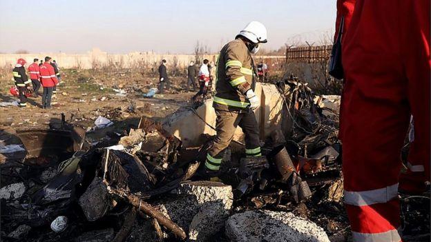 Equipos de rescate en la escena del siniestro del avión ucranianao